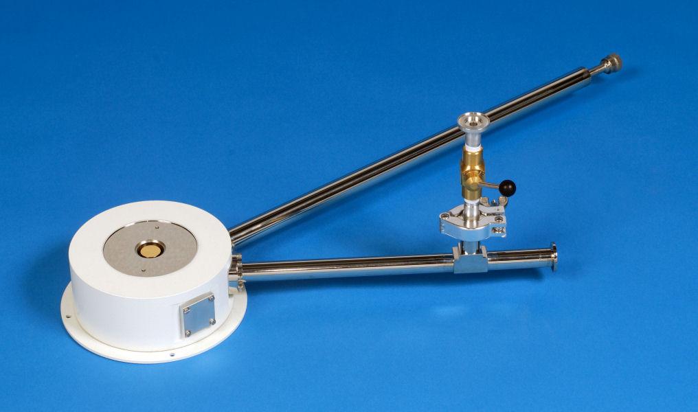 ST-500_microscopy_SuperTran_continuous_flow_cryostat_SampleInVacuum